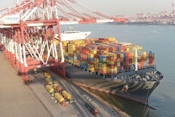 Os contêineres são empilhados em um navio de carga atracado no porto de Qingdao em 10 de dezembro de 2013 em Lianyungang, China (VCG / Getty Images)