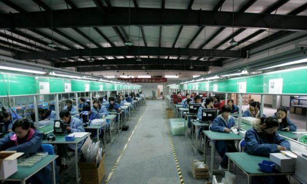 Imagem ilustrativa. Trabalhadores em uma linha de montagem em uma fábrica na cidade de Chengdu, província de Sichuan, China, em 19 de fevereiro de 2009 (China Photos / Getty Images)