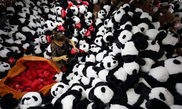 Imagem ilustrativa. Trabalhador chinês produz bichos de pelúcia para exportação em uma fábrica de brinquedos em Lianyungang, província de Jiangsu, em 9 de outubro de 2017 (STR / AFP / Getty Images)