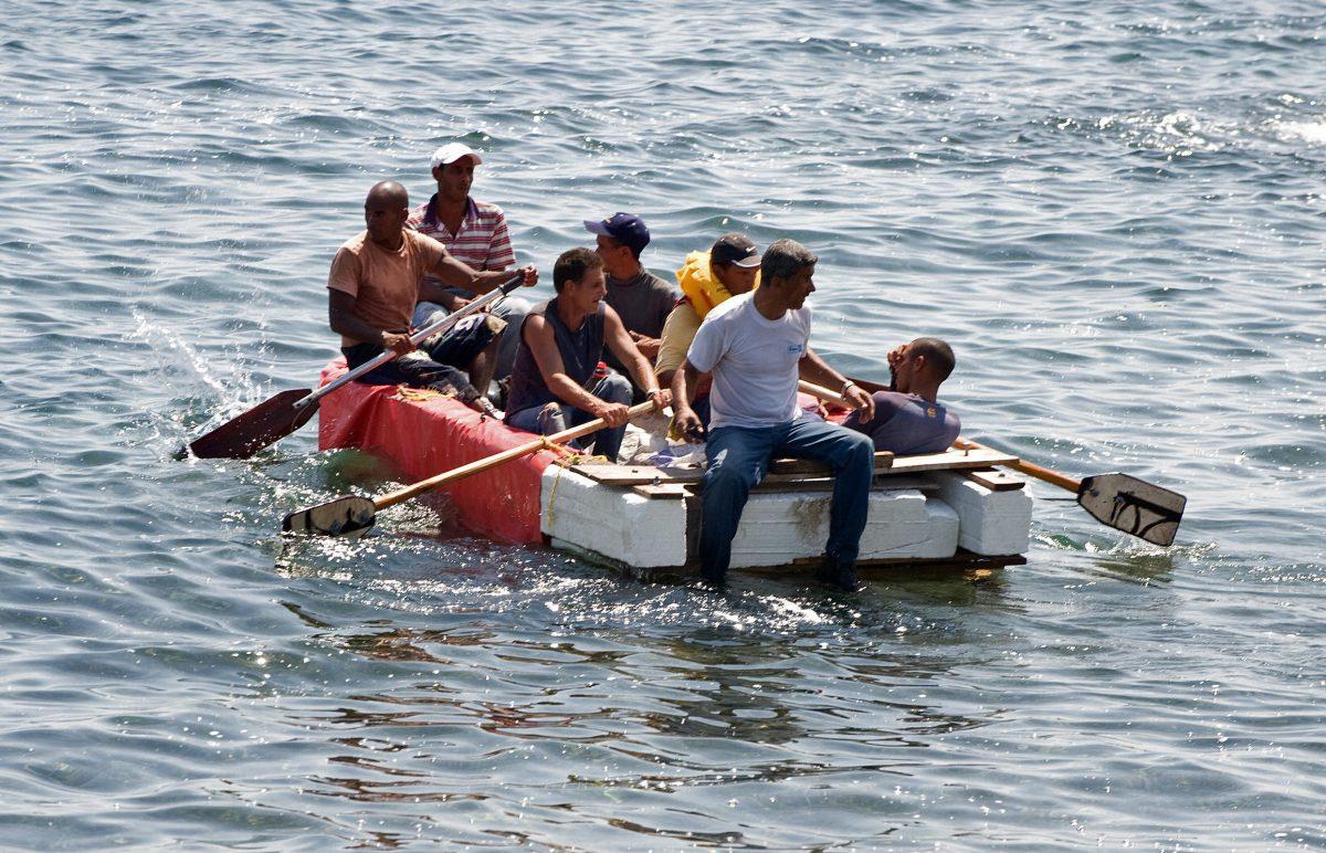 Sete cubanos permanecem em uma embarcação caseira momentos antes de serem presos por agentes militares cubanos em 4 de junho de 2009 em Havana (Adalberto Roque / AFP / Getty Images)