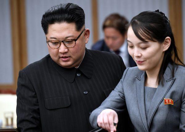 O líder norte-coreano Kim Jong Un (à esquerda) e sua irmã Kim Yo Jong participam da Cúpula Inter-Coreana na Casa da Paz em 27 de abril de 2018 em Panmunjom, Coreia do Sul (Grupo de Imprensa da Cúpula da Coreia / Getty Images)