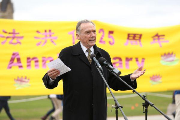 O parlamentar canadense Peter Kent, co-presidente dos Amigos Parlamentares do Falun Gong, discursa em um evento em Parliament Hill, em Ottawa, para marcar o 25º aniversário do Falun Gong em 9 de maio de 2017 (Evan Ning / Epoch Times)