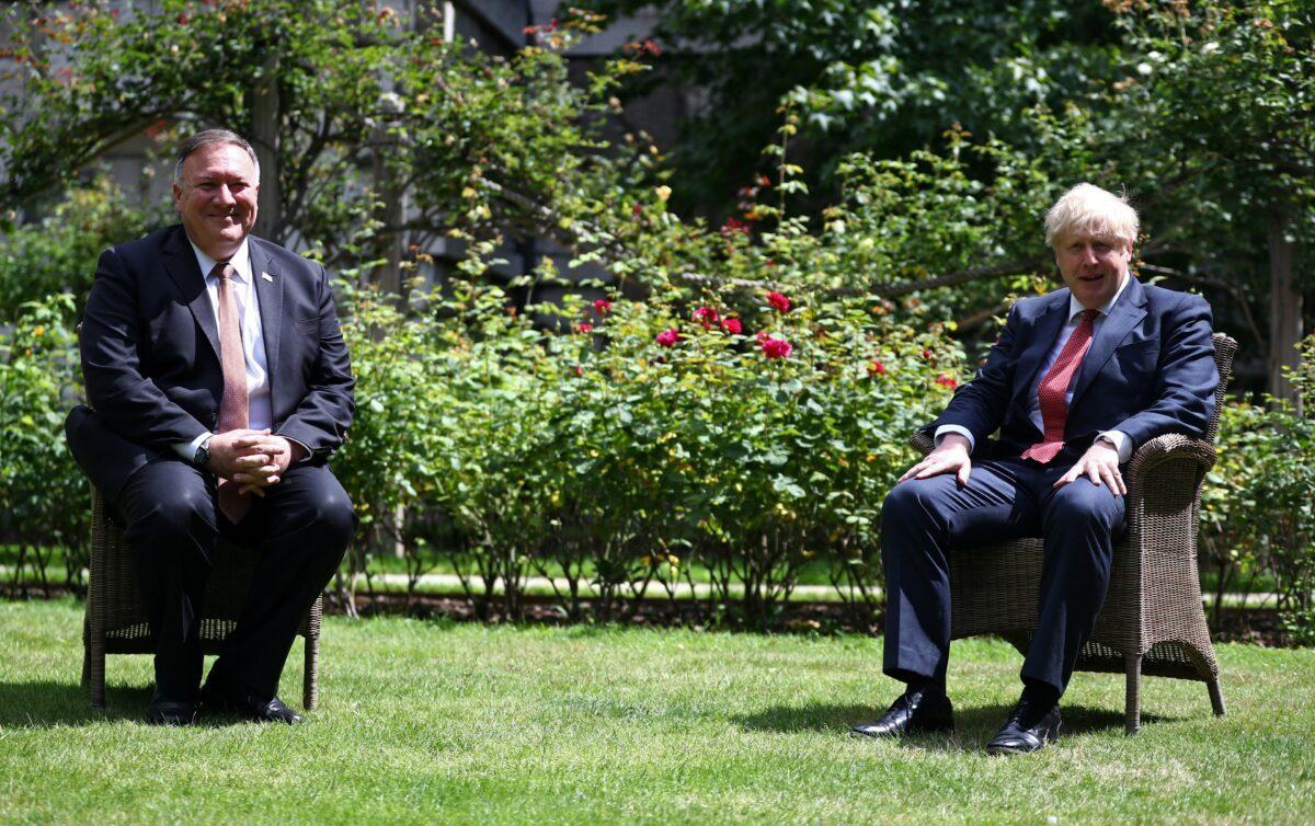 O Secretário de Estado dos Estados Unidos Mike Pompeo (I) e o Secretário de Relações Exteriores da Grã-Bretanha Dominic Raab participam de uma conferência de imprensa conjunta na Lancaster House, Londres, em 21 de julho de 2020 (Peter Summers - WPA Pool / Getty Images)