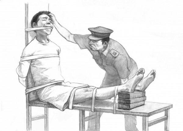 """Na tortura chamada """"banco de tigres"""" descrita neste desenho, a elevação das pernas ao longo do tempo causa dor insuportável. A tortura é rotineiramente usada nos campos de trabalho da China e também em centros de lavagem cerebral, onde eles enviam prisioneiros de consciência (Minghui.org)"""