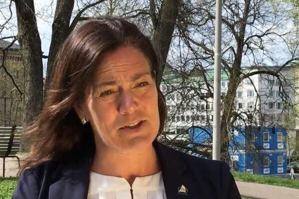 A legisladora sueca Ann-Sofie Alm em um evento para protestar contra a perseguição ao Falun Dafa na China no consulado chinês em Gotemburgo, Suécia, em 25 de abril de 2020 (Ella Kalogritsa)