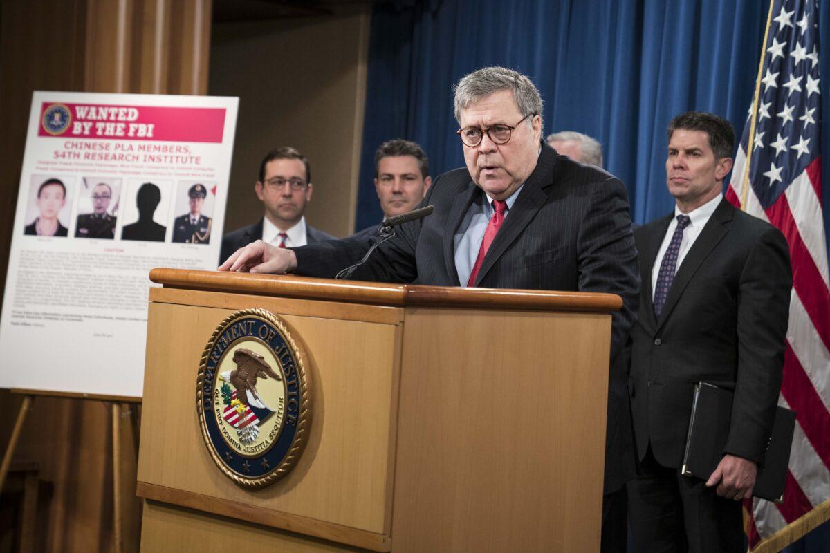 O procurador-geral William Barr participa de uma conferência de imprensa no Departamento de Justiça em Washington em 10 de fevereiro de 2020. Barr anunciou a acusação de quatro membros das forças armadas chinesas por acusações de invadir a Equifax Inc. e roubo de dados pessoais de milhões dos americanos (Sarah Silbiger / Getty Images)