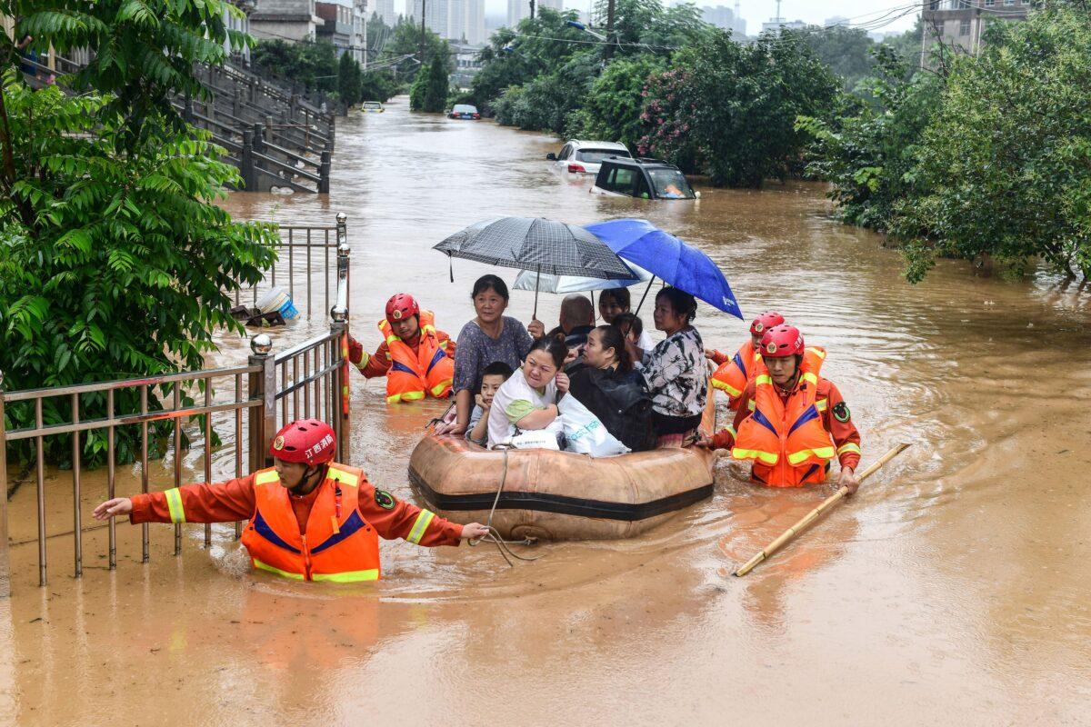 As equipes de resgate evacuam os moradores afetados pelas inundações após fortes chuvas em Jiujiang, província de Jiangxi, no centro da China, em 8 de julho de 2020 (STR / AFP via Getty Images)