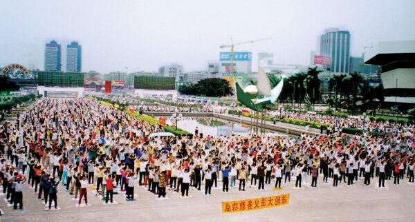 Locais de prática em grupo como Guangzhou, China, tinham milhares de praticantes do Falun Dafa realizando os exercícios em público nos anos 90 (Cortesia)