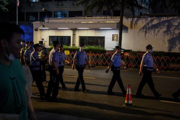 Polícia saindo do consulado americano em Chengdu, China, em 24 de julho de 2020 (Noel Celis / AFP via Getty Images)