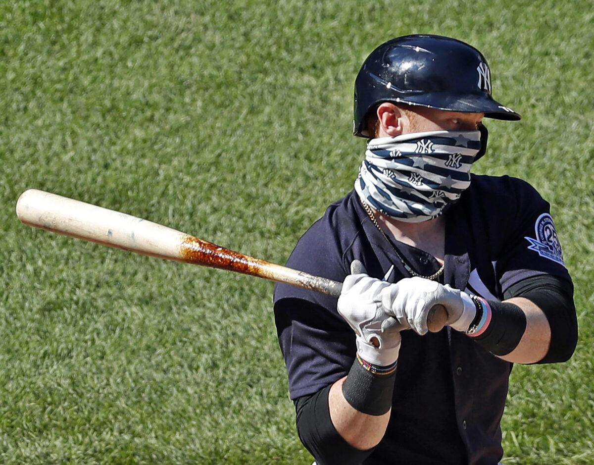 Clint Frazier, do New York Yankees, veste uma cobertura de rosto enquanto bate em um jogo intrasquad no campo de treinamento de verão no estádio Yankee Stadium, em Nova York, em 12 de julho de 2020 (Kathy Willens / AP Photo)