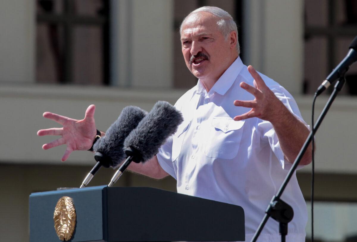 O presidente da Bielorrússia, Alexander Lukashenko, durante uma manifestação organizada para apoiá-lo no centro de Minsk em 16 de agosto de 2020 (Siarhei Leskiec / AFP via Getty Images)