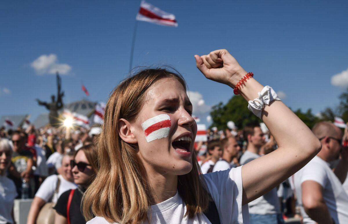 Uma apoiadora da oposição da Bielo-Rússia durante um comício no centro de Minsk em 16 de agosto de 2020 (Sergei Gapon / AFP via Getty Images)
