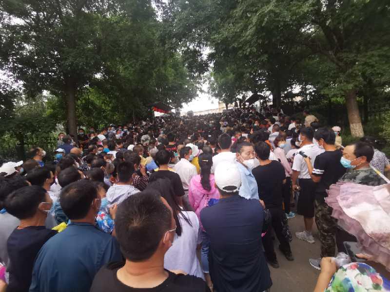 Residentes são amontoados em um local de teste de ácido nucleico de COVID-19 em Dalian, China, em 27 de julho de 2020 (Fornecido ao Epoch Times)