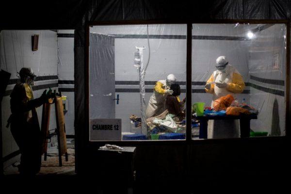 Profissionais de saúde tratam um paciente não confirmado de Ebola dentro de um Centro de Tratamento de Ebola apoiado por MSF (Médicos Sem Fronteiras) em 3 de novembro de 2018 em Butembo, República Democrática do Congo (JOHN WESSELS / AFP via Getty Images)