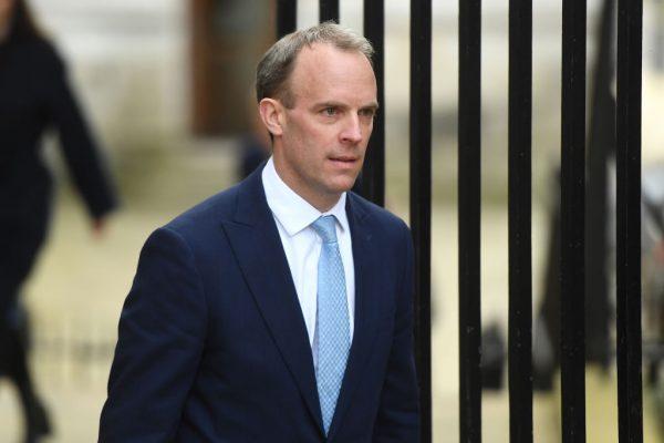 O secretário de Relações Exteriores da Grã-Bretanha, Dominic Raab, chega a 10 Downing Street em Londres, Reino Unido, em 6 de abril de 2020 (Peter Summers / Getty Images)