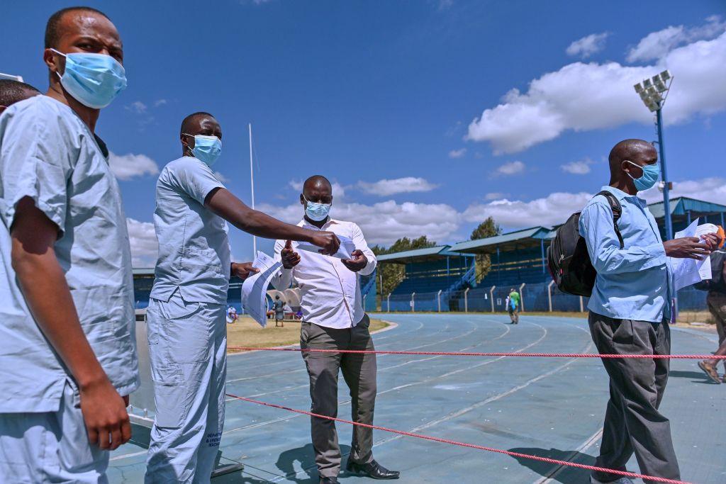 Folhas de dispensa manual de médicos junto com tiras de teste de laboratório indicando um resultado negativo para os pacientes que receberam alta após terem se recuperado da infecção por COVID-19 no Estádio Kenyatta na cidade oriental de Machakos do Quênia em 3 de agosto de 2020 (Tony Karumba / AFP via Getty Images)