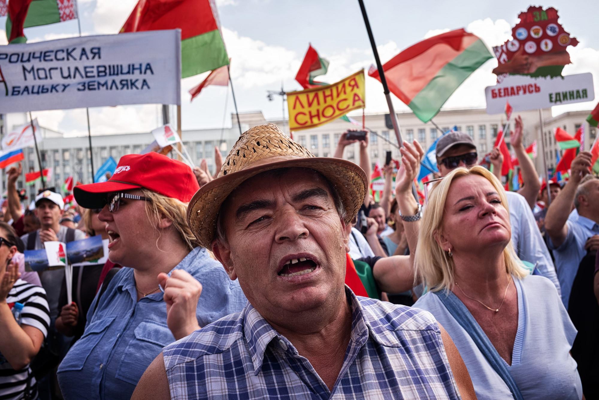 Protestantes durante uma manifestação em apoio ao governo em 16 de agosto de 2020 em Minsk, Bielo-Rússia (Misha Friedman / Getty Images)