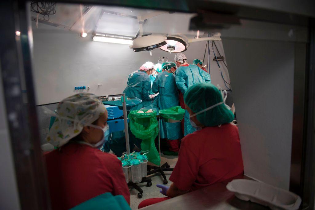 Imagem ilustrativa de uma cirurgia sendo efetuada em uma sala de cirurgia (PIERRE-PHILIPPE MARCOU / AFP / Getty Images)