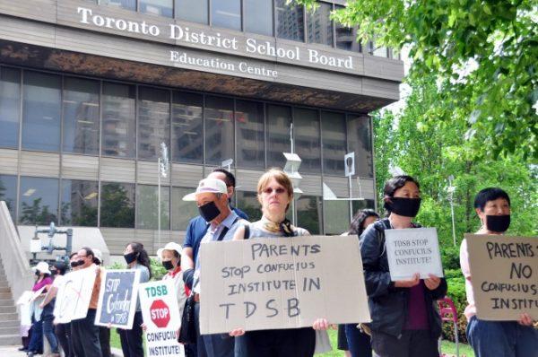 Manifestantes protestam contra a associação do Conselho Escolar do Distrito de Toronto com o Instituto Confúcio, controlado por Pequim, fora do TDSB em 18 de junho de 2014 (Allen Zhou / Epoch Times)