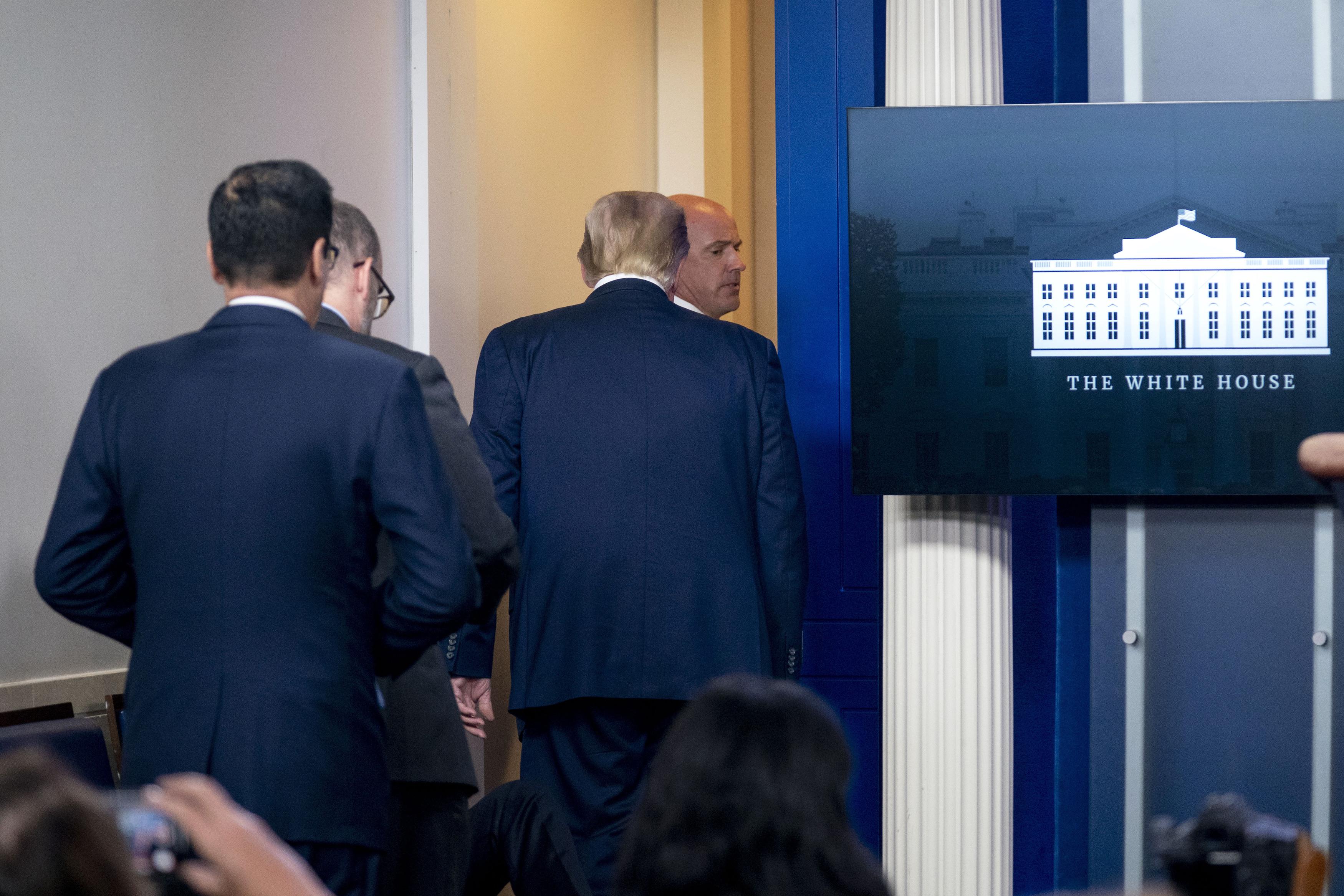 O presidente Donald Trump é convidado a deixar a James Brady Press Briefing Room à convite de um membro do Serviço Secreto dos EUA durante uma entrevista coletiva na Casa Branca, em 10 de agosto de 2020 (Andrew Harnik / AP Photo)