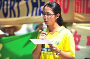 Sonia Zhao discursa sobre a perseguição ao Falun Dafa na China em um comício em Toronto em agosto de 2011. Zhao, ex-instrutor do Instituto Confucius da Universidade McMaster, teve que assinar uma declaração prometendo não praticar o Falun Dafa quando estava na China antes junte-se ao instituto (Gordon Yu / Epoch Times)