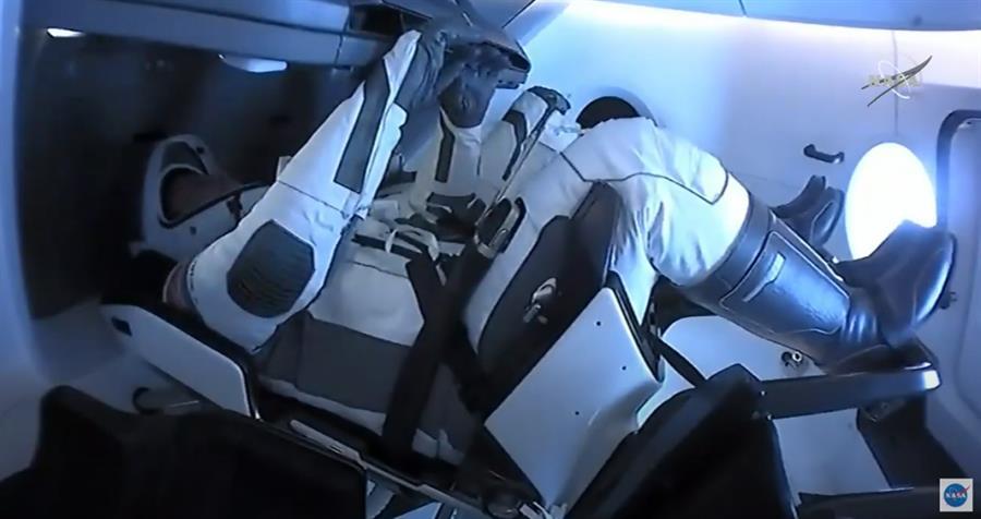 Fotografia cortesia da Administração Nacional de Aeronáutica e Espaço (NASA), onde os astronautas da NASA Robert Behnken e Douglas Hurley são vistos sentados dentro da espaçonave SpaceX antes de serem desencaixados da Estação Espacial Internacional (ISS), 1 de 2020 (EFE / EPA / NASA)