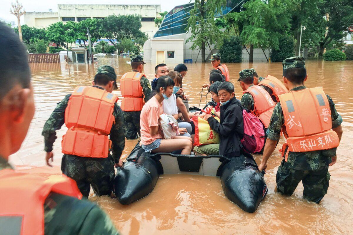 Equipes de resgate evacuam residentes em uma área inundada após fortes chuvas em Leshan, província de Sichuan, sudoeste da China, em 18 de agosto de 2020 (STR / AFP via Getty Images)