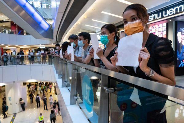 Hong Kong choca após polícia derrubar menina de 12 anos