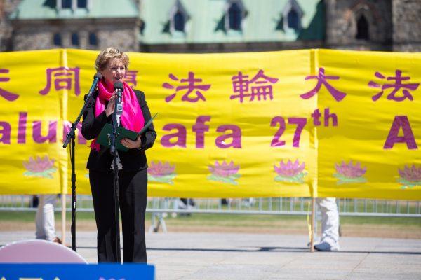 Judy Sgro, parlamentar liberal e ex-ministra do Gabinete, discursa em um evento comemorativo do Dia do Falun Dafa no Parlamento de Ottawa em 8 de maio de 2019 (Evan Ning / The Epoch Times)