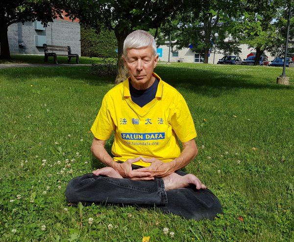 O praticante do Falun Dafa, Gerry Smith, foi ordenado pelo CEO do FestivalDragon Boat Festival de Ottawa a remover a camisa com o nome de sua prática espiritual em 22 de junho de 2019, no festival. O CEO John Brooman disse a Smith que a embaixada chinesa patrocinou o festival e que ele não quer o Falun Dafa no evento (The Epoch Times)