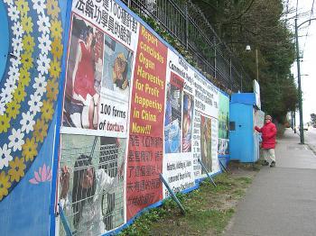 Um praticante do Falun Dafa senta-se em um local de vigília 24 horas por dia, 7 dias por semana, fora do consulado chinês em Vancouver em 2008 (Helena Zhu / The Epoch Times)