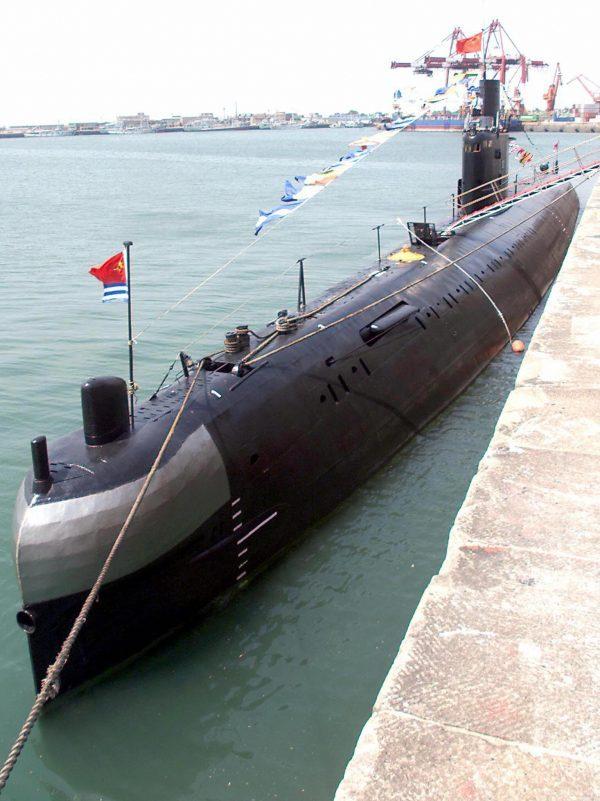 Uma foto de arquivo mostra um submarino russo convencional da classe Kilo pertencente à Marinha do Exército de Libertação do Povo Chinês (PLA) no quartel-general naval da Frota do Mar da China do Norte na cidade portuária oriental de Qingdao. China, 2 de agosto de 2000 (Goh Chai) Hin / AFP / Getty Images)