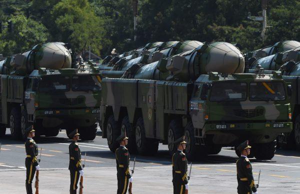 Veículos militares carregando mísseis DF-21D são exibidos em um desfile militar na Praça Tiananmen, em Pequim, em 3 de setembro de 2015 (Greg Baker / AFP / Getty Images)