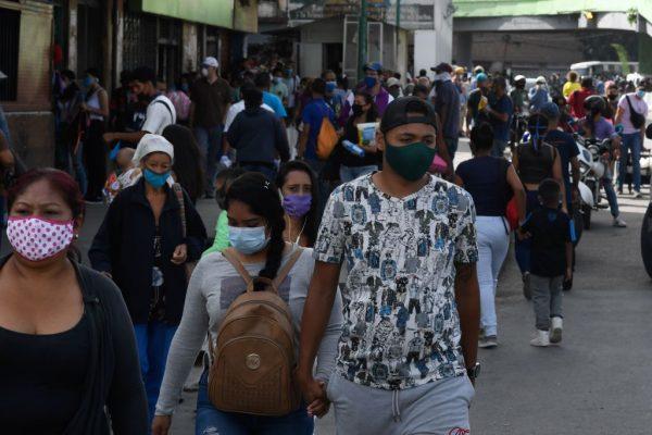 Pessoas usam máscaras como medida preventiva contra a COVID-19, no bairro Petare de Caracas, Venezuela, em 13 de julho de 2020 (FEDERICO PARRA / AFP via Getty Images)