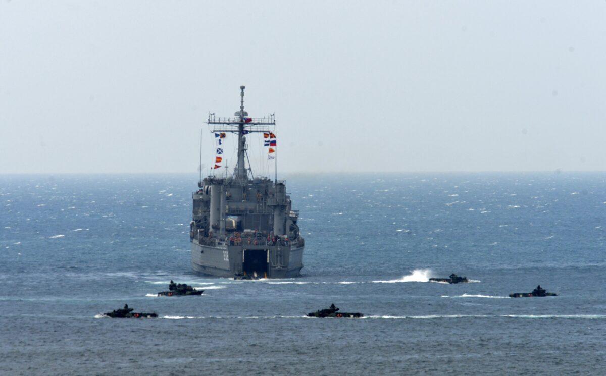 """Um navio de desembarque cercado por veículos de assalto anfíbios durante a simulação de incêndio vital """"Han Kuang"""" (Han Glory), a cerca de 6,4 km da cidade de Magong, nas ilhas Penghu, em Taiwan, em 25 de maio de 2017 (SAM YEH / AFP via Getty Images)"""