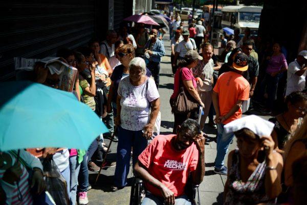 Pessoas fazem fila em frente a um supermercado em Caracas (Venezuela) para comprar alimentos básicos e produtos domésticos em 10 de novembro de 2017 (FEDERICO PARRA / AFP via Getty Images)