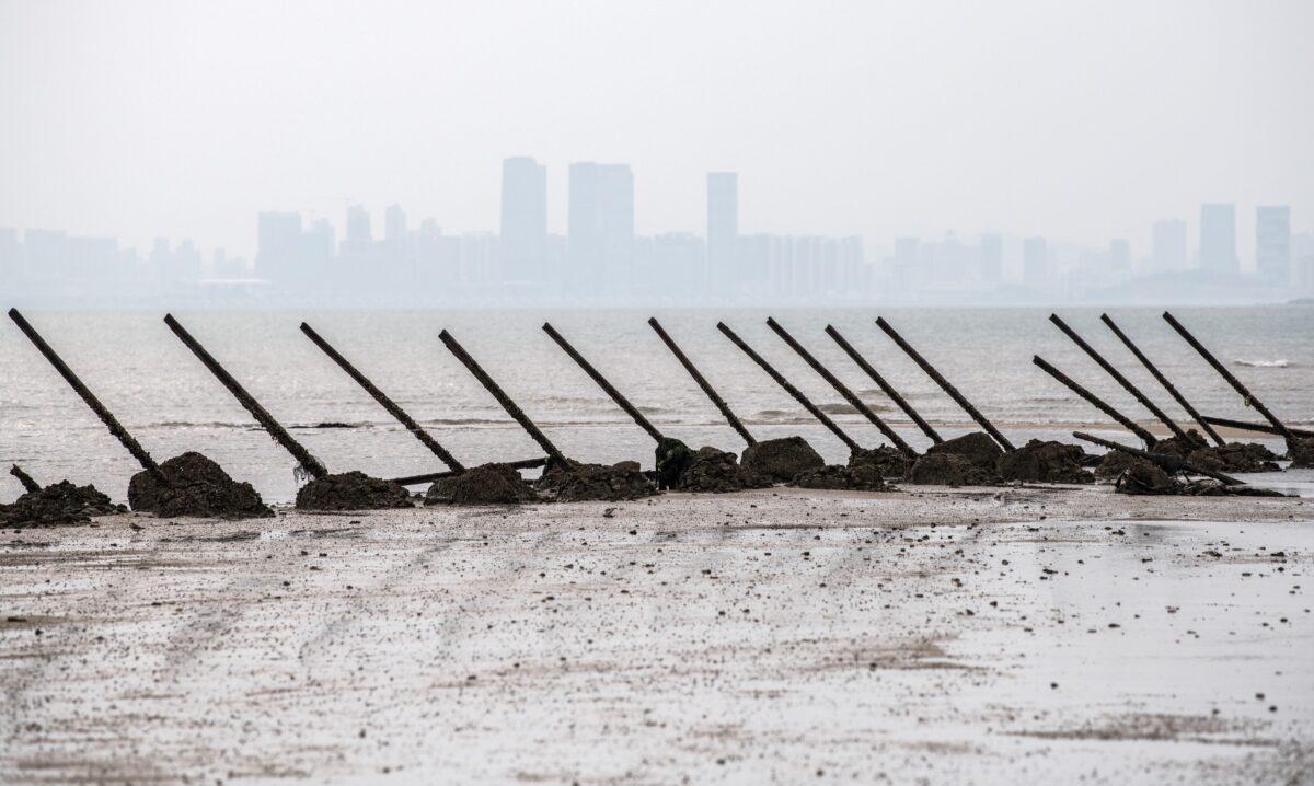 Antigas barricadas anti-desembarque em uma praia de frente para a China, na ilha taiwanesa de Kinmen, em 19 de abril de 2018 (Carl Court / Getty Images)