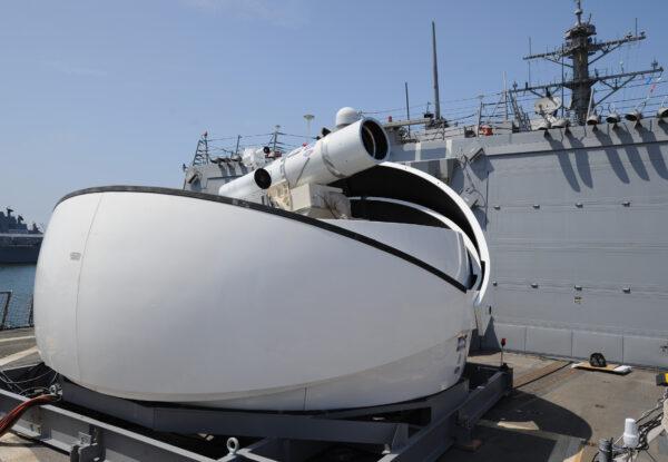 O USS Ponce conduz uma demonstração operacional do Sistema de Armas Laser patrocinado pelo Office of Naval Research (ONR), enquanto implantado no Golfo Pérsico em 17 de novembro de 2014 (Marinha dos Estados Unidos / John F. Williams / Distribuído)