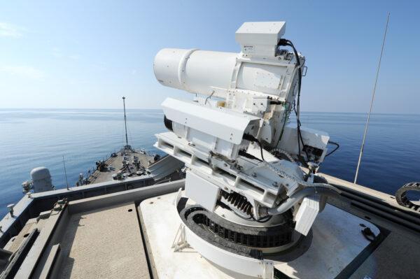 O USS Ponce conduz uma demonstração operacional do Sistema de Armas Laser patrocinado pelo Office of Naval Research (ONR), enquanto implantado no Golfo Pérsico em 17 de novembro de 2014 (Marinha dos EUA / John F. Williams / Distribuído)