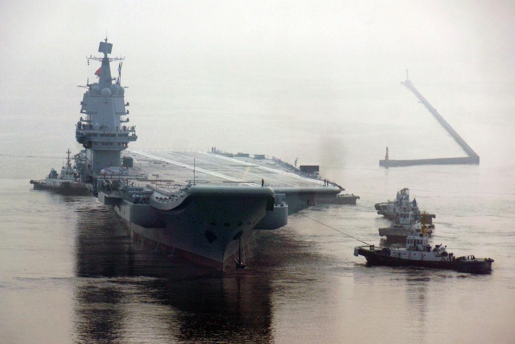 O primeiro porta-aviões de construção própria da China parte de um porto de Dalian DSIC (Dalian Shipbuilding Industry Co.) para testes de mar em 13 de maio de 2018 em Dalian, província de Liaoning, China (Getty Images)