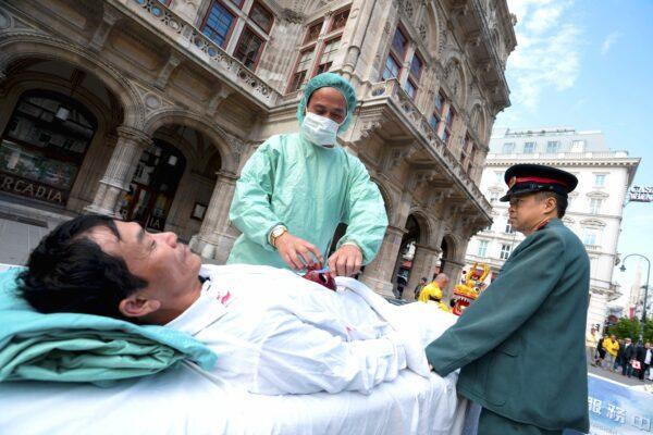 Praticantes do Falun Gong protestam contra a extração forçada de órgãos da China na Áustria, Viena, em 1º de outubro de 2018 (Joe Klamar / AFP via Getty Images)