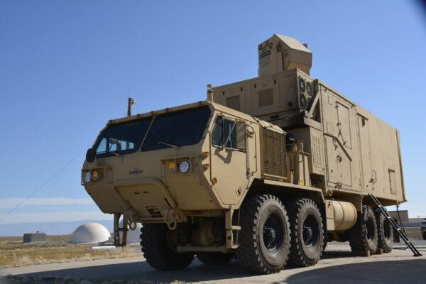 Um sistema de demonstração de laser HEL-MD montado em um Caminhão Tático Pesado de Mobilidade Expandida (HEMTT) padrão do Exército passa por testes na instalação de teste White Sands no Novo México em 31 de outubro de 2014 (José Salazar / DoD)