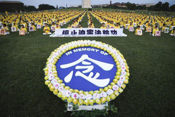 Praticantes do Falun Gong participam de uma vigília à luz de velas em comemoração ao 20º aniversárioda perseguição ao Falun Gong na China, no gramado oeste do Capitólio em 18 de julho de 2019 (Samira Bouaou / The Epoch Times)