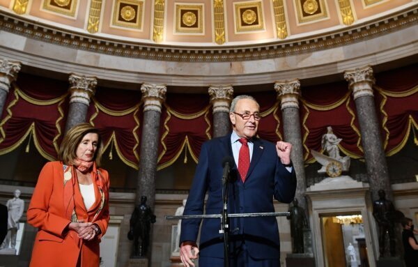 O líder da minoria no Senado, o senador Chuck Schumer (DN.Y.), fala à imprensa com a presidente da Câmara dos Representantes, Nancy Pelosi (D-Calif.), no Capitólio dos EUA, em Washington em 4 de agosto de 2020 (Mandel Ngan / AFP via Getty Images)
