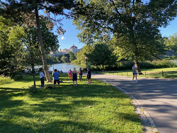 No local de prática, os voluntários responsáveis ensinam os exercícios das 7h às 12h, horário local, todos os dias (Fornecido por Dai Jane)