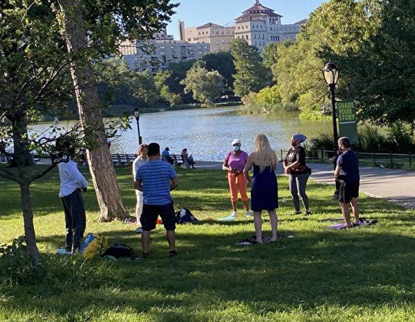 O local de prática do Falun Gong, no Portão Norte do Central Park em Nova Iorque, foi inaugurado em março deste ano, atraindo muitos ocidentais para aprender os exercícios (Fornecido por Jane Dai)