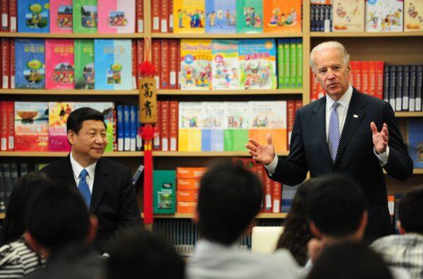 O então vice-presidente dos Estados Unidos Joe Biden (à direita) fala aos alunos enquanto seu colega chinês Xi Jinping (esquerda) ouve durante uma visita à International Studies Learning School em Southgate, nos arredores de Los Angeles, Califórnia, o 17 de fevereiro de 2012 (FREDERIC J. BROWN / AFP via Getty Images)