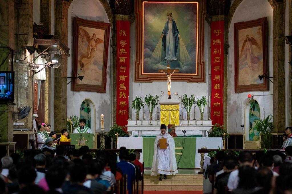 Cristãos devotos participam de uma missa na Catedral Sul de Pequim em 22 de setembro de 2018. O Vaticano anunciou em 22 de setembro um acordo que o Papa Francisco reconheceu sete bispos nomeados pelo regime comunista da China (NICOLAS ASFOURI / AFP via Getty Images)