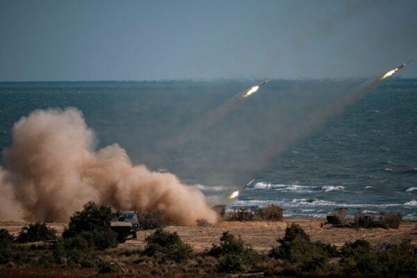 Tropas chinesas, russas, iranianas, paquistanesas e birmanesas lançam foguetes de sistemas de mísseis durante os exercícios militares do Cáucaso-2020, na cordilheira Turali, na costa do Mar Cáspio, na Rússia, em 23 de setembro de 2020 (DIMITAR DILKOFF / AFP via Getty Images )