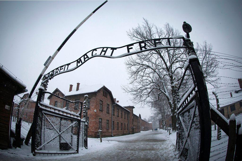 """A entrada para o antigo campo de concentração nazista de Auschwitz-Birkenau com as letras """"Arbeit macht frei"""" (""""O trabalho te torna livre"""") é exibida em Oswiecim, Polônia, em 25 de janeiro de 2015 (Joël Saget / AFP via da Getty Images)"""